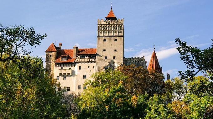 Castelul Bran - Supranumit si Castelul lui Dracula, atrage anual mii de vizitatori.
