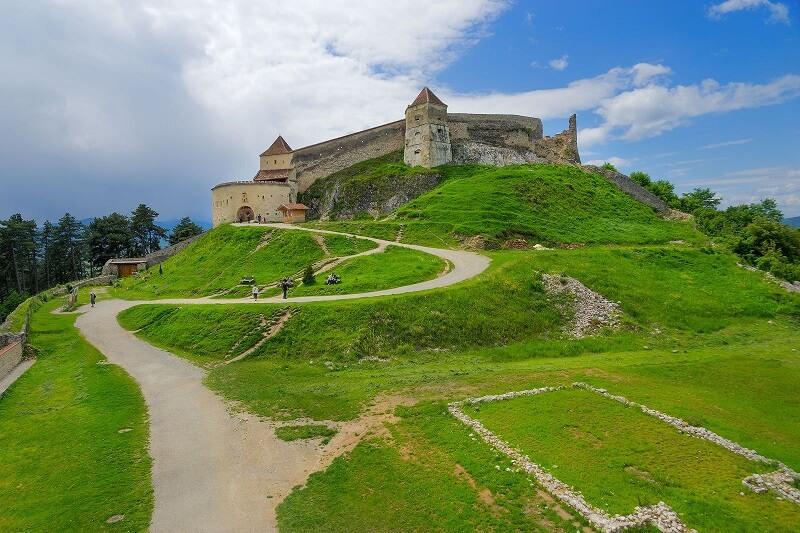 Cetatea Rasnov este de departe unul dintre cele mai importante locuri de vizitat in Brasov