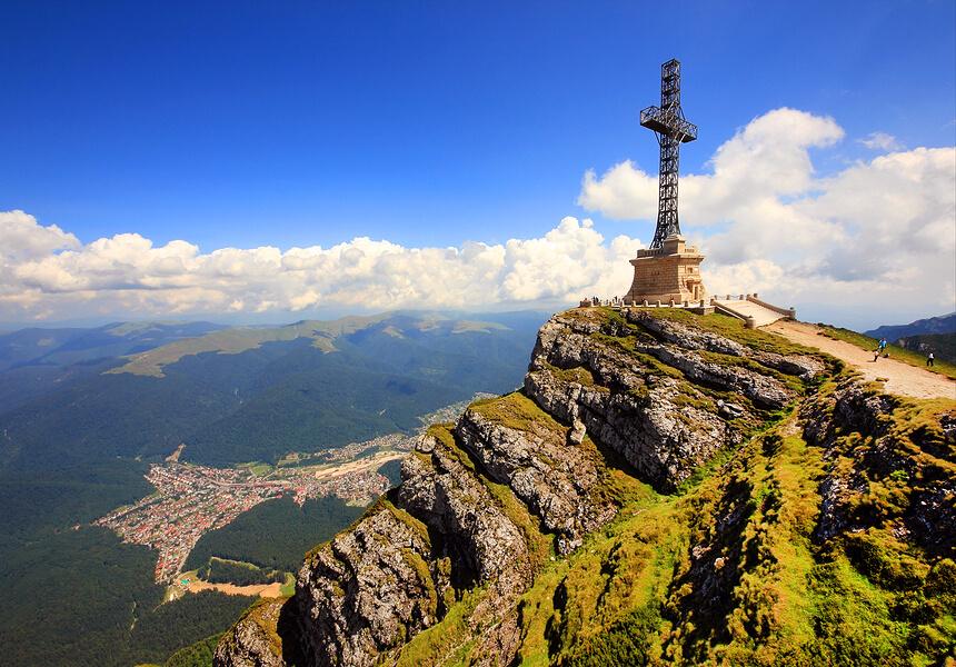 Busteni - Este localizat pe Valea Prahovei, la poalele Muntilor Bucegi, care au altitudinea maxima de 2.505 m