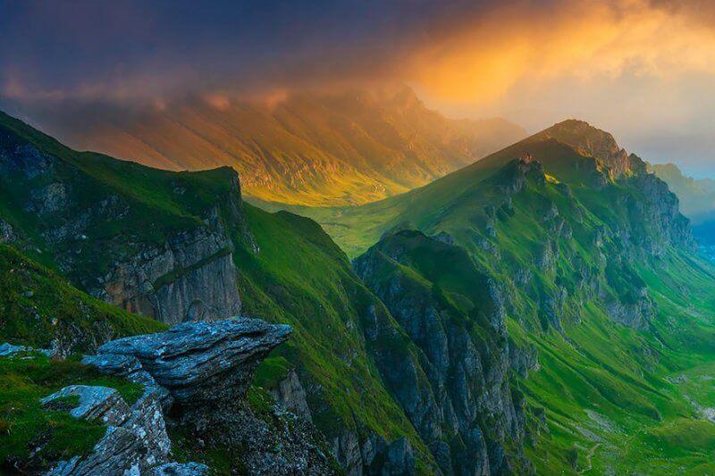 Muntii Bucegi, care vegheaza Valea Prahovei, cu prapastiile sale uriase – sunt cei mai inalti munti dezvoltati pe conglomerate din Europa.