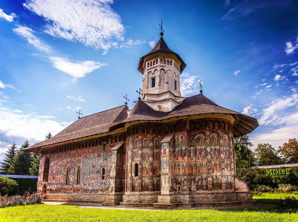 Manastirea Moldovita este una din vechile asezari calugaresti, cu un important si glorios trecut istoric, situata in comuna Vatra Moldovitei din judetul Suceava.